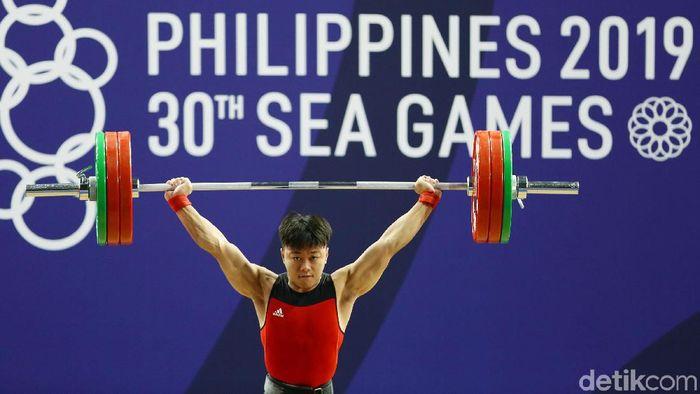 Rahmat Erwin meraih medali emas angkat besi. (Grandyos Zafna/detikcom).