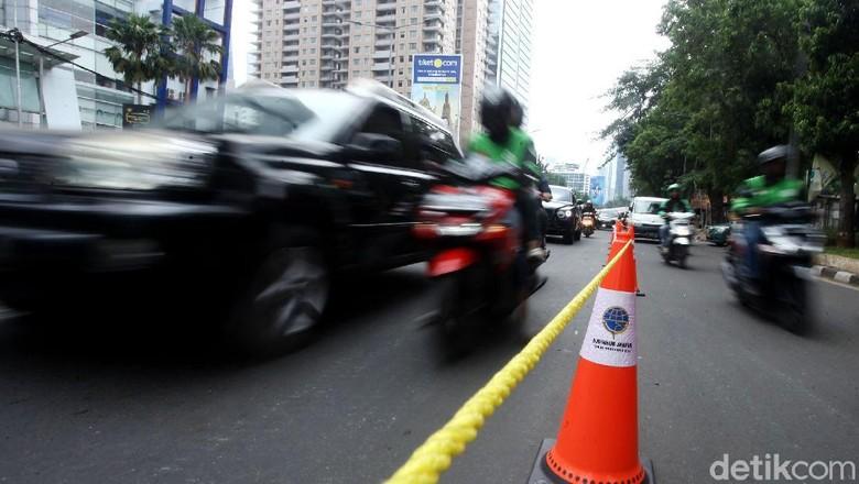 Dinas Perhubungan (Dishub) DKI Jakarta melakukan uji coba penutupan U-Turn di Jalan Prof Dr Satrio, Jakarta Selatan. Penutupan dimulai pada hari ini.