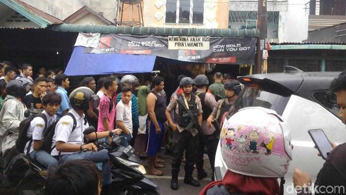Warga berkerumun di dekat tempat kos temuan mayat wanita di Medan. (Datuk Haris Molana/detikcom)
