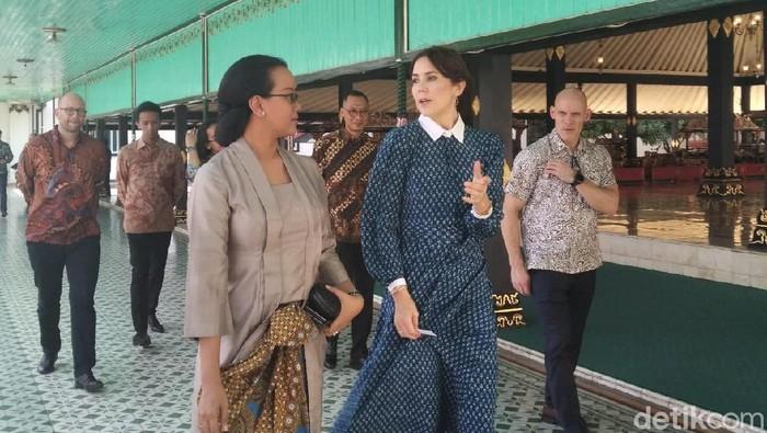 Putri Mahkota Kerajaan Denmark Mary Elizabeth Donaldson (baju biru) di Keraton Yogyakarta, Rabu (4/12/2019). Foto: Usman Hadi/detikcom