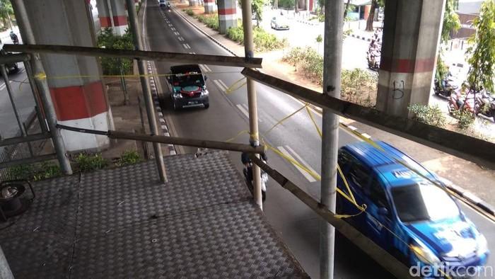 Foto: Pagar Sementara Dipasang di JPO Ahmad Yani yang Bolong Gegara Ditabrak Truk (Kadek/detikcom)