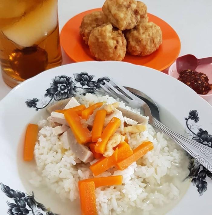 Nasi sop dari Depot Mitra BWI legendaris banget. Selain wortel ada juga potongan sosis. Ditambah bakwan goreng dan sambal petis. Sedap! Foto : Instagram @eddy.9un