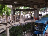 Ditabrak Truk, JPO Ahmad Yani Jaktim Kini Bolong
