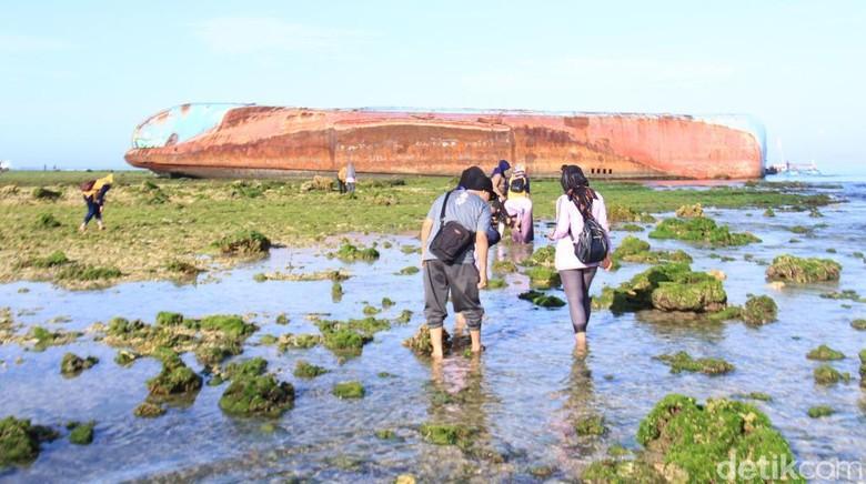 Foto: Mencari kelomang di Pangandaran (Wisma Putra/detikcom)