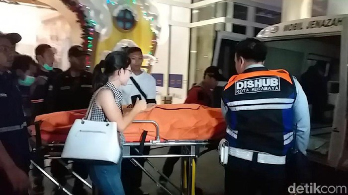Korban dievakuasi ke kamar mayat  (Foto: Amir Baihaqi)
