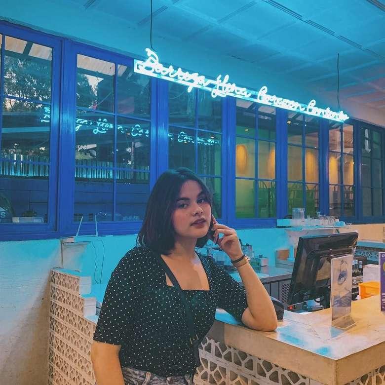 Nama Safira menjadi sorotan, setelah hubungannya dengan aktor muda Endy Arfian kandas. Banyak orang yang menduga, bahwa Endy memiliki hubungan lain dengan teman dekatnya, yaitu Prilly Latuconsina. Foto: Instagram @safiracrespin