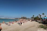 Para wisatawan terlihat mengambil tempat di atas pasir. Mereka menggunakan handuk atau kain sebagai alas untuk berjemur. Tak sedikit yang nampaknya ketiduran dengan cuaca seenak ini (Bonauli/detikcom)