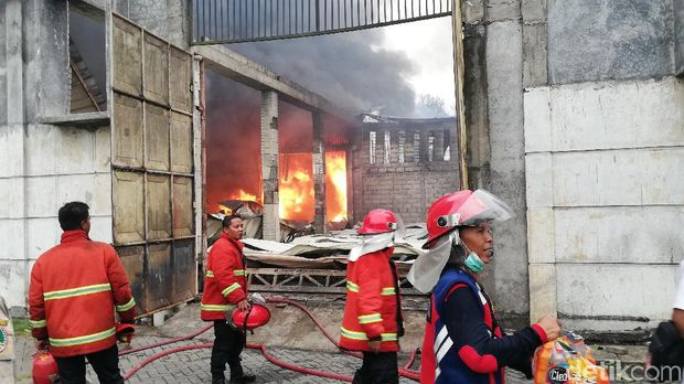 Gudang Mebel di Kota Pasuruan Terbakar, Polisi Bantu Kerahkan Water Canon