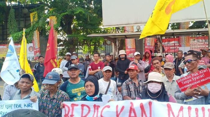 Warga Kampung Dadap dan Kamal Muara menggelar aksi demonstrasi di depan Markas Polda Metro Jaya. /Foto: Samsudhuha Wildansyah-detikcom