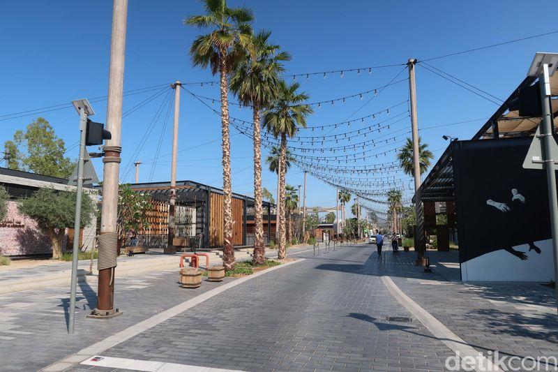 Pantai La Mer berada di alamat 2 A St, Dubai. Berjalan masuk dari puntu masuknya, La Mer dimulai dengan gerai-gerai restoran yang berjajar apik (Bonauli/detikcom)