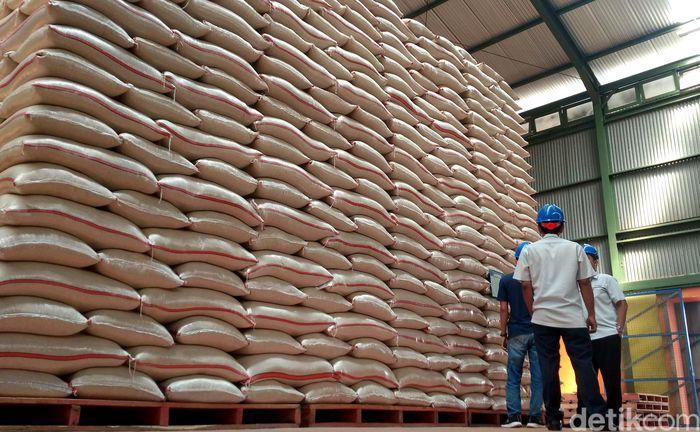 Petugas mengecek kondisi stok beras di gudang Bulog Cabang Cirebon di Pegambiran, Kota Cirebon, Jawa Barat.