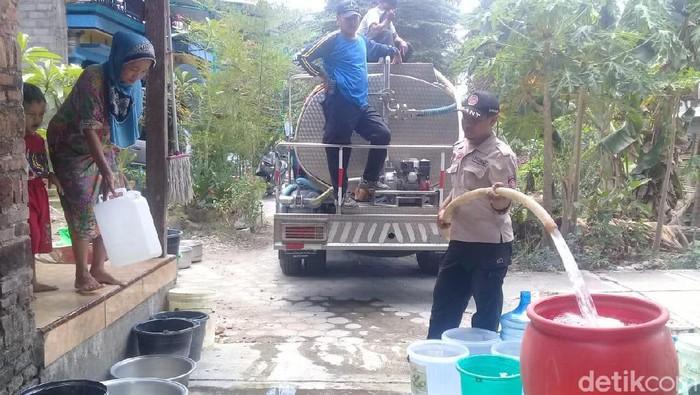 Dropping air bersih masih dilakukan di Kota Blitar (Foto: Erliana Riady)