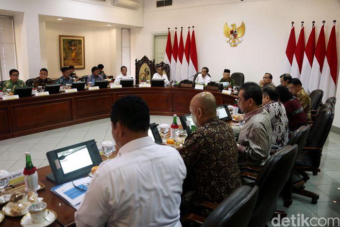 Rapat terbatas tersebut membahas tentang pengelolaan cadangan beras pemerintah.
