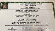 UMK Terendah di Jabar, Buruh Hadiahi Piagam ke Pemkot Banjar