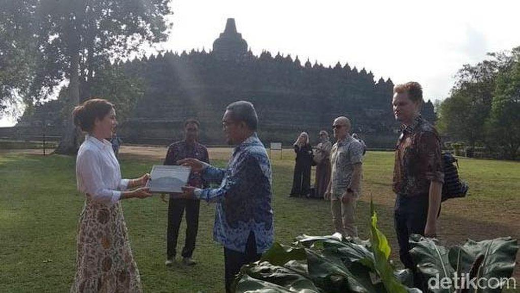 Putri Mahkota Kerajaan Denmark Kunjungi Candi Borobudur