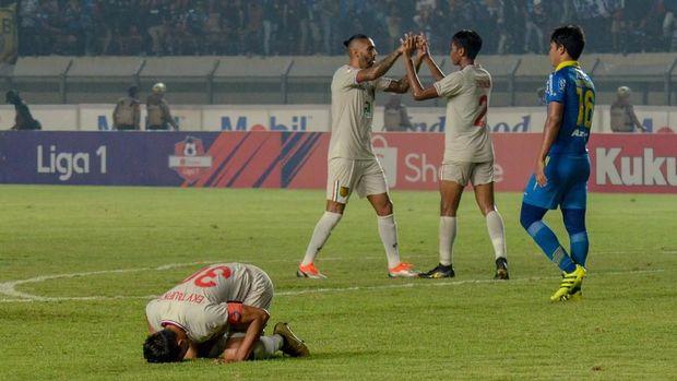 Persib kalah 0-2 dari Persela.