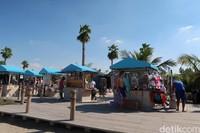 Kalau kamu lupa bawa baju renang, tak usah khawatir. Karena ada kedai-kedai kecil di pinggir pantai yang menjual baju dan peralatan renang (Bonauli/detikcom)