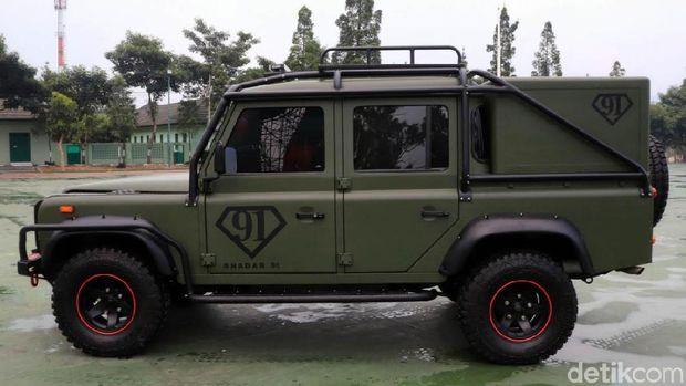 Land Rover Defender Penerabas Hutan