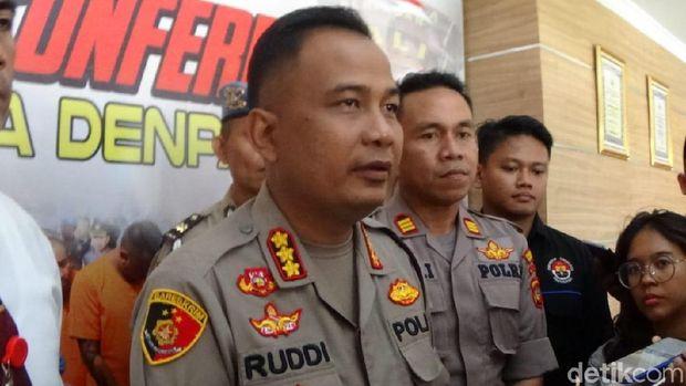 Kapolresta Denpasar Kombes Ruddi Setiawan dalam rilis kasus pencurian dengan kekerasan