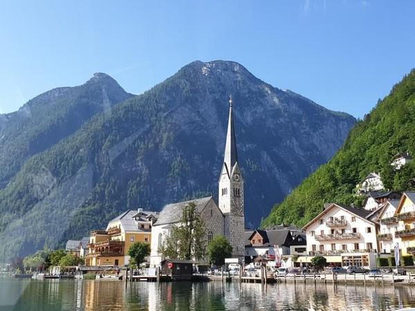 Austria, di dekatnya, sedang merencanakan ke tahap ke normal. Hotel akan dibuka kembali dari 29 Mei. Foto Desa Hallstatt, Austria (Foto: Monica Suparta/dTraveler)