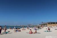 Bikini, thong dan baju renang lainnya beredar bebas di area ini. Turis-turis berambut pirang terlihat mendominasi dengan kegiatan berjemur dan membaca buku (Bonauli/detikcom)