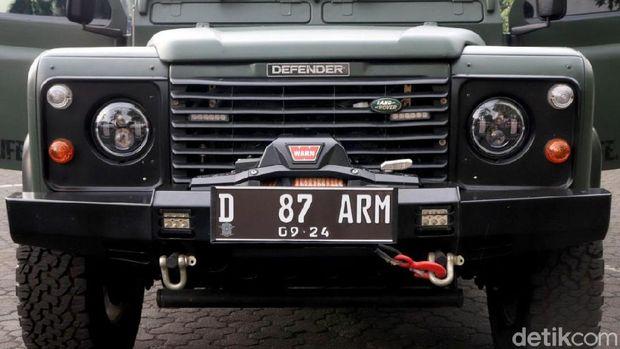 Pelat nomor memperlihatkan angkatan 1987 Akabri, sedangkan ARM singkatan dari Artileri Medan, kesatuan tempat Dwi Jati berasal