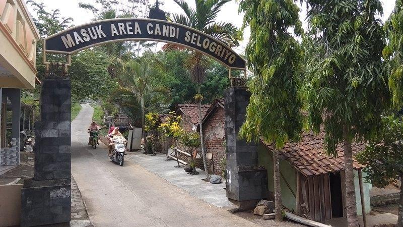 Wisata di Kabupaten Magelang tak hanya Candi Borobudur saja. Traveler bisa menikmati keindangan Candi Selogriyo yang suasananya mirip di Ubud, Bali. Perjalanan sekitar 25 menit nantinya sampai di gerbang candi tersebut. Selain itu, pengunjung juga bisa menggunakan jasa ojek (Eko/detikcom)
