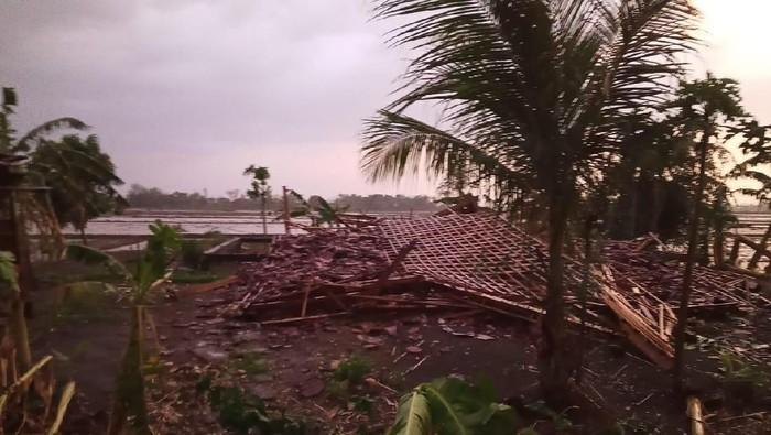 Angin kencang terjang Desa Sambung, Kecamatan Godong, Kabupaten Grobogan, Rabu (4/12/2019). Foto: Istimewa