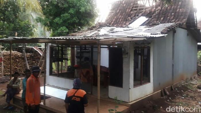 Salah satu rumah yang diterjang angin kencang (Foto: Ghazali Dasuqi)