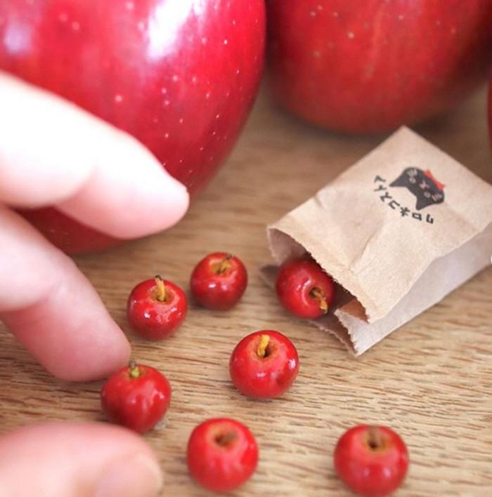 Bentuk kreasi makanan ini merupakan ide kreatif yang terinspirasi dari makanan di sekitarnya. Seperti pada miniatur buah apel ini yang satu ini. Foto: Instagram @tomoko_misumi_tchaiko