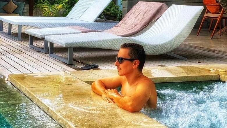 Jorge Lorenzo kembali asyik main air dalam liburannya di Bali. (Foto: @jorgelorenzo99/Instagram)