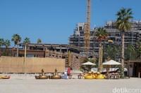 Di ujung pantainya, ada juga jasa penyewaan floatis dan watersport lainnya. Wih! (Bonauli/detikcom)