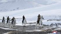 Berkuda Putih Ditemani Istri, Kim Jong-Un Kunjungi Gunung Suci Korut