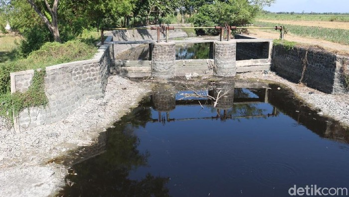 Sungai Avur Budug yang tercemar limbah pabrik (Foto: Enggran Eko Budianto)