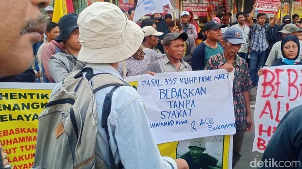 Warga Kampung Dadap dan Kamal Muara menggelar aksi demonstrasi di depan Markas Polda Metro Jaya.