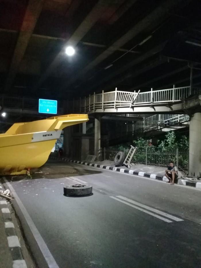 Truk kontainer menabrak halte (Foto: dok. TMC Polda Metro Jaya)