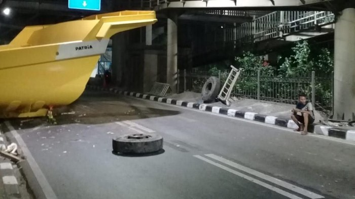 Bak truk menabrak halte (Foto: dok. TMC Polda Metro Jaya)