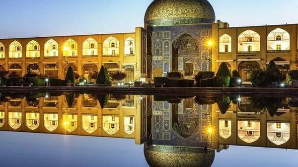 Pesona kota kuno Muslim, Isfahan di Iran selalu berhasil mengundang decak kagum. Alun-alun bersejarah hingga arsitektur bangunan yang masih otentik, membuat Isfahan tak ubahnya berlian yang tak lekang oleh waktu (Iran Tourism)