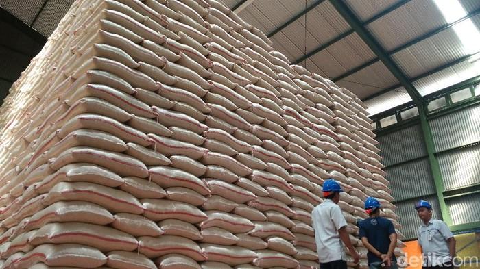 Bulog Cirebon pastikan stok beras di gudang dalam kondisi baik.