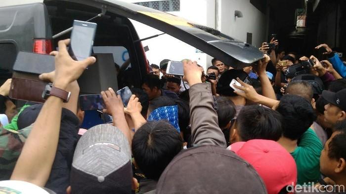 Foto: Datuk Haris Molana/detikcom/Jasad wanita yang ditemukan di kos Medan dibawa ke RS Bhayangkara