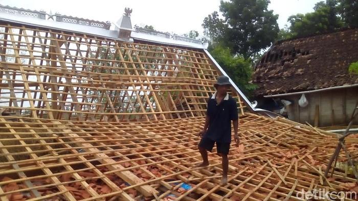 Ratusan rumah rusak akibat angin kencang di Grobogan, Rabu (4/12/2019). (Akrom Hazami/detikcom)