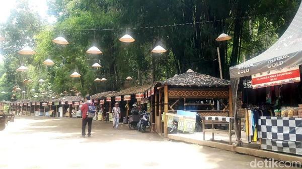 Tersedia pula puluhan stan yang menjajakan kudapan khas Malang, serta mushola, toilet, dan kolam renang bagi anak-anak hingga dewasa. (Hilda Meilisa/detikcom)