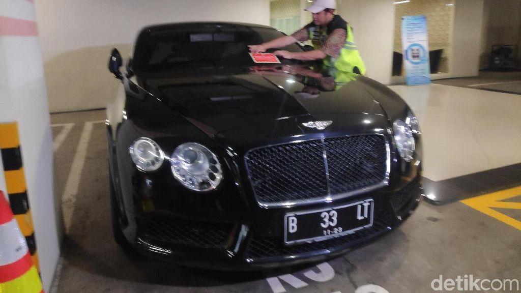 Petugas Temukan Bentley-Rubicon Tunggak Pajak di Jakut