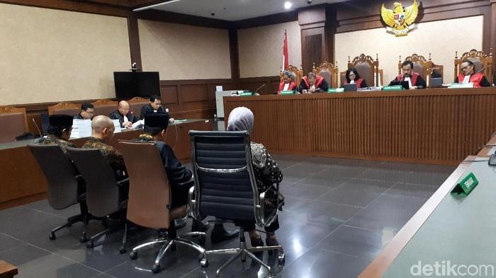 Empat mantan anggota DPRD Lampung Tengah dituntut 5 tahun penjara dan denda Rp 300 juta subsider 3 bulan kurungan. (Faiq Hidayat/detikcom)