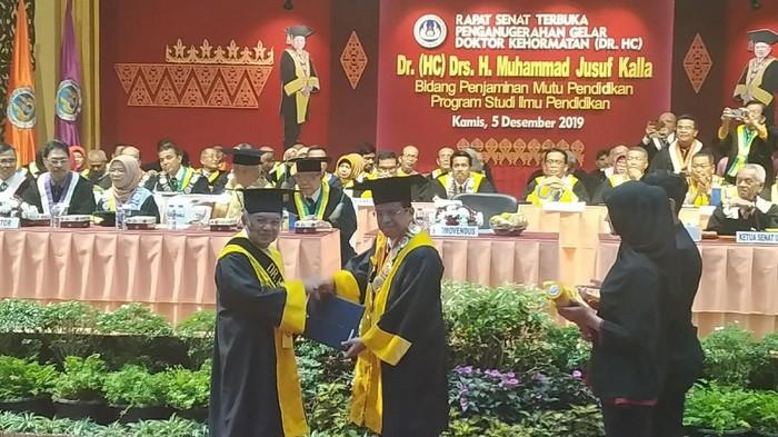 Jusuf Kalla (JK) dianugerahi gelar doktor honoris causa oleh UNP. (Ahmad Bil Wahid/detikcom)