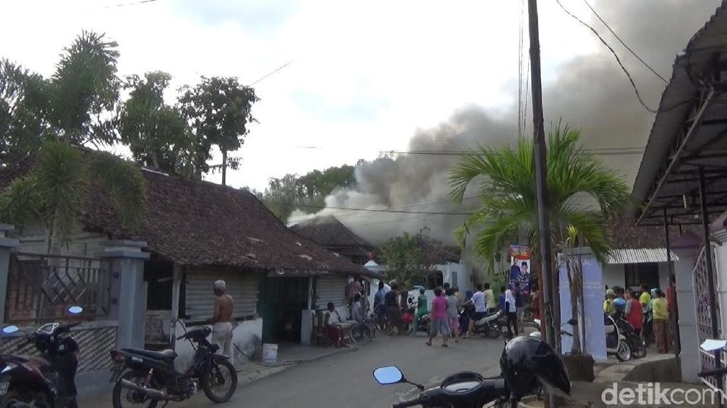 Sebuah Rumah di Pacitan Kebakaran, Satu Mobil Hampir Ikut Terbakar