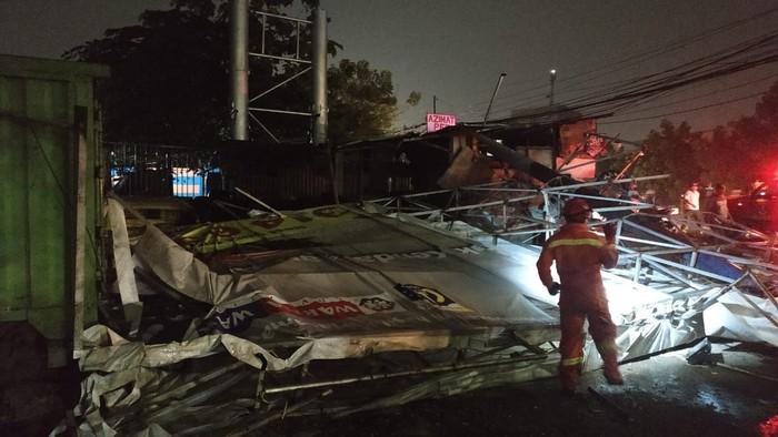 Reklame di Cakung, Jakarta Timur roboh menimpa dua bangunan (dok. Suku Dinas PKP Jaktim)