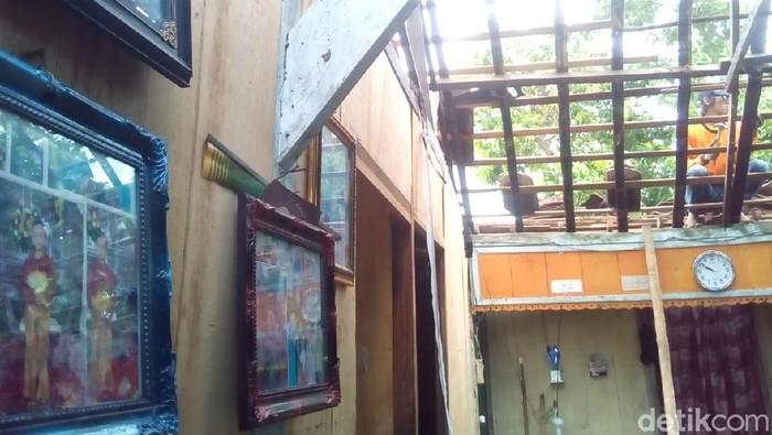 Salah satu rumah warga yang rusak akibat angin kencang di Grobogan. (Akrom Hazami/detikcom)