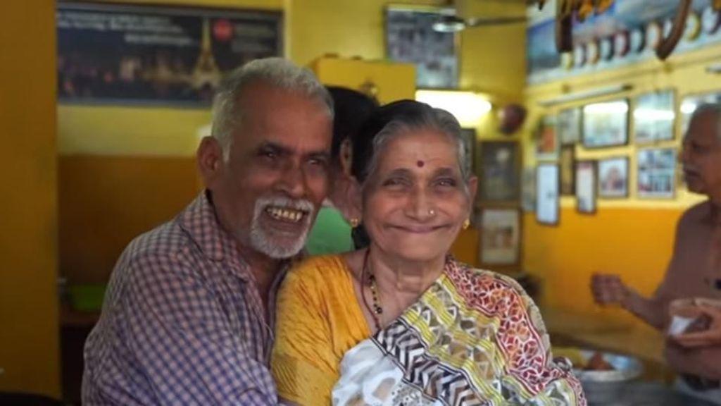 Puluhan Tahun Jualan Teh, Pasangan Tua Ini Bisa Keliling Dunia