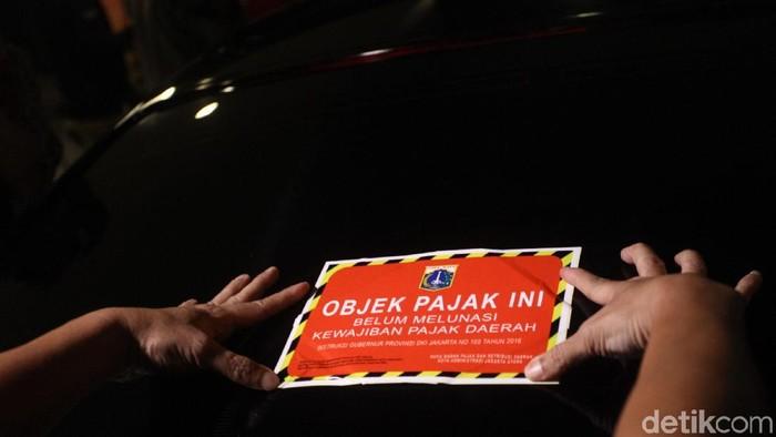 Petugas pajak BPRD beserta Korsupgah KPK melakukan pengecekan pajak mobil mewah di salah satu apartemen di Penjaringan, Jakut.